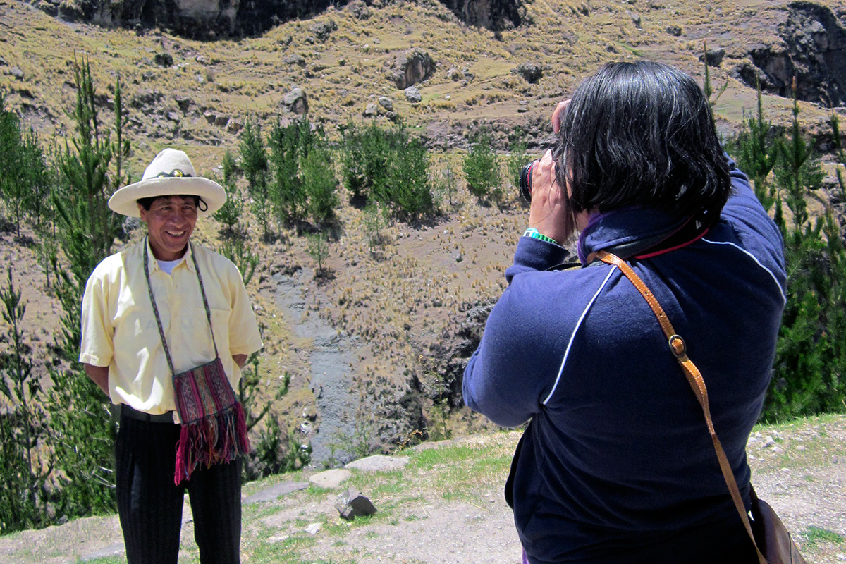 Program co-curator Cristina Diaz-Carrera photographs an artist outside Cuzco, Peru. Photo by Olivia Cadaval, Ralph Rinzler Folklife Archives