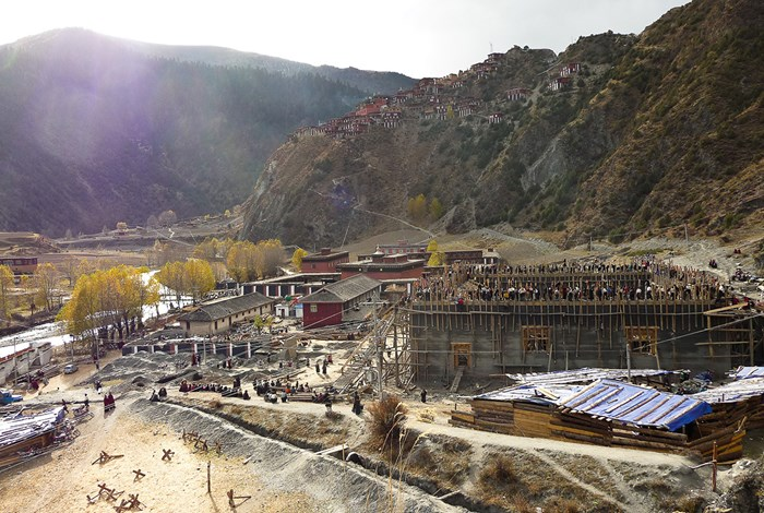 In 2009 the Rdzong sar Monastery began building a new temple beside Rdzong sar Seminary, north of the Gad dmarkhug Market. The seminary is in the background. 