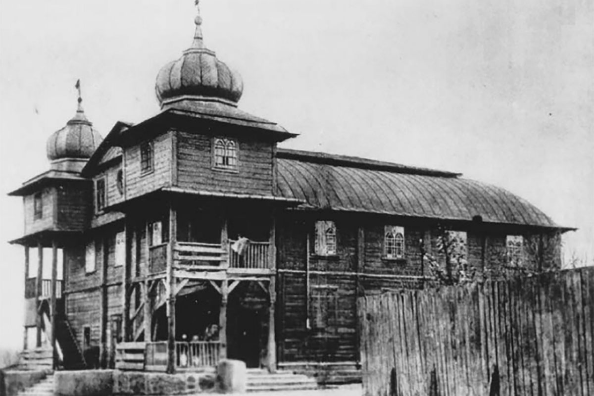 Old black-and-white photo of a synagogue.