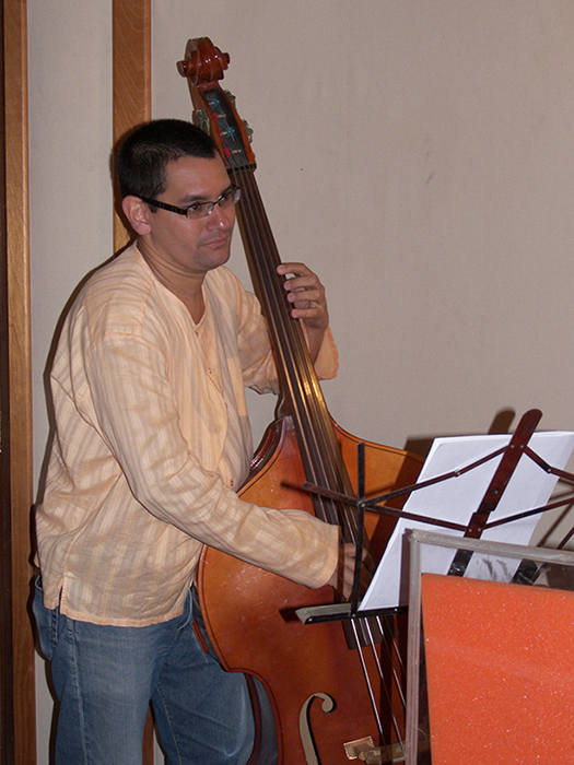 Roberto Koch plays the bass in Jazzmania Studio for ¡Y Que Viva Venezuela!