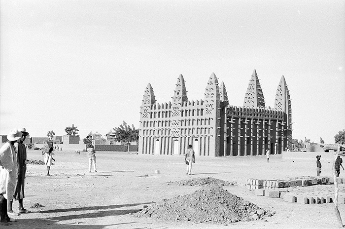 A Sudanese style mosque in Koro, Mali. Photo courtesy of Eliot Elisofon Photographic Archives