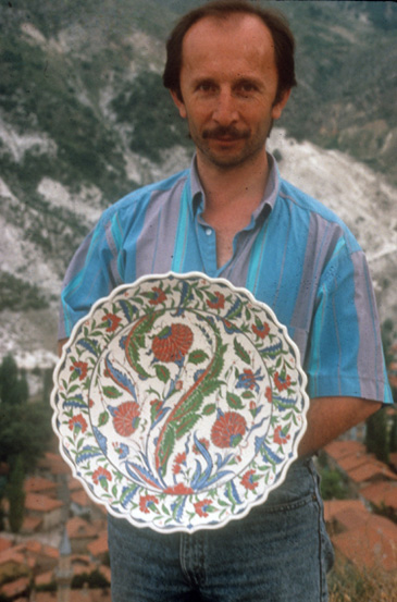 Mehmet Gürsoy holding a plate he designed and painted, inspired by sixteenth century Iznik. Photo courtesy of Henry Glassie