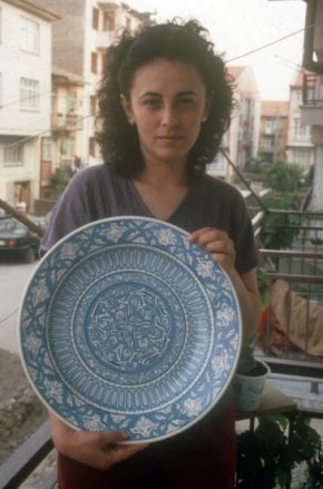 Nurten Şahin with a geometric plate that she designed and painted in Kutahya, Turkey. Photo courtesy of Henry Glassie